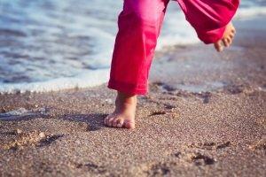 Neoprenschuhe zu kaufen, kann das Laufen auf heißem Sand deutlich angenehmer machen sowie vor Auskühlung in kaltem Wasser schützen.