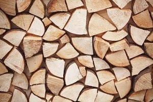 Eine Holz-Schaukelliege ist im Vergleich mit einer Metall-Liege in der Regel besser für den Innenraum geeignet.