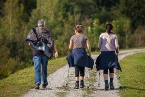 Ein Vergleich verschiedener Nordic-Walking-Stöcke sollte im Geschäft stattfinden, damit Sie in der Praxis optimal ausgerüstet sind.