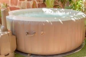 Bester aufblasbarer Whirlpool? Das ist ein Modell, das Platz für genügend Personen und ausreichenden Komfort bietet.
