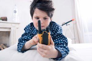 Beste Funkgeräte für Kinder? Ihr Testsieger-Walkie-Talkie sollte einfach zu bedienen und robust sein.