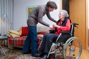 Manchmal reicht ein einfacher Rollstuhl nicht aus. Dann müssen Elektromobile für Senioren im eigenen Test untersucht werden.