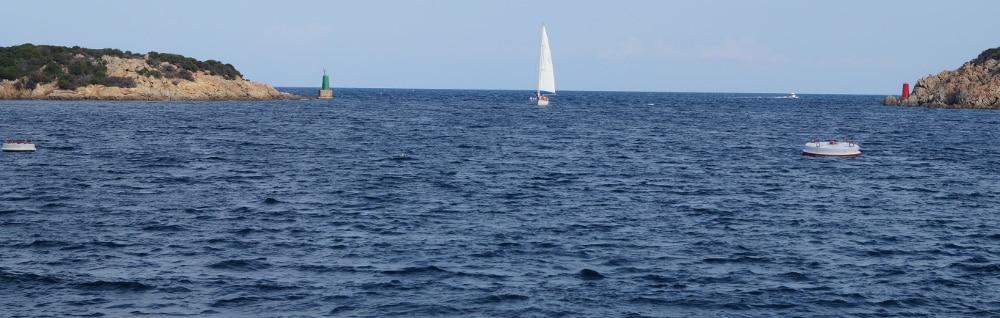 Betrachten Sie die Schwimmwesten im Vergleich: Bei einem längere Ausflug auf hoher See ist eine warme Feststoffweste womöglich besser.