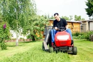 Im persönlichen Test kann sich ein Elektrorasenmäher bewähren, wenn Ihr Garten zu klein für einen Rasentraktor ist.