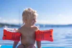 Bevor Sie im eigenen Test billige Schwimmwesten für Kinder suchen, überlegen Sie, ob nicht eine Schwimmhilfe ausreicht.