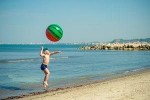 Wasserball: Ist er aufblasbar, lässt er sich im Handumdrehen in die Tasche stecken und bequem mitnehmen.