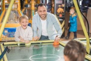Einen Airhockey-Tisch zu kaufen, kann Spaß für Alt und Jung in den eigenen vier Wänden bedeuten.