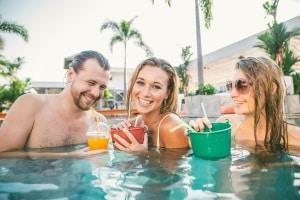 Ein guter Poolsauger gewährleistet das Schwimmen in sauberem Wasser.