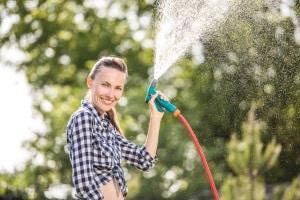Ein Perlschlauch bietet im Vergleich zu einem Gartenschlauch eine schonendere Möglichkeit der Bewässerung.
