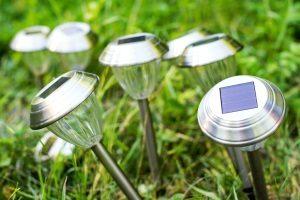 Mit Solarlampen bzw. Solarleuchten Garten und Balkon günstig (ab 10 Euro) erleuchten.