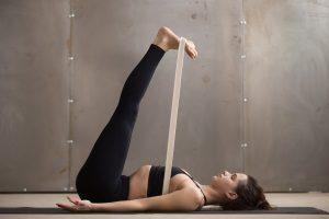 Einen Yogagurt zu kaufen, kann sowohl für Anfänger als auch für Fortgeschrittene sinnvoll sein.