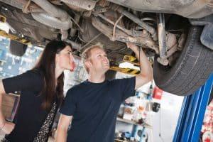 Einen Auto-Unterbodenschutz einem persönlichen Test zu unterziehen, kann Rost und Steinschlag fernhalten.