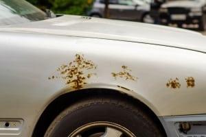 Kann ich den Rostentferner am Auto anwenden? Zum Test sollten Sie das Spray erst an unauffälligen Stellen auftragen.