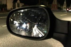 Sie sollten nur die Windschutzscheibe versiegeln. Ihre Test-Fahrt zeigt: Am Seitenspiegel ist die Versiegelung nicht so sinnvoll.