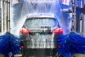 Insektenentferner für das Auto: Nach Ihrem Test sollten Sie Rückstände des Produkts gründlich entfernen, um den Autolack zu schonen.