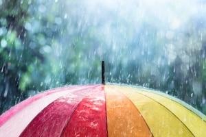 Wollen Sie Ihren Pkw vor Regen schützen, sollten Sie eine wasserdichte Auto-Halbgarage kaufen.