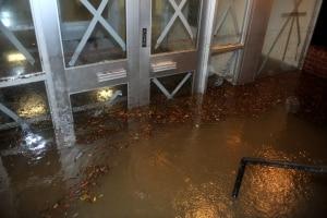 Bei Kellerüberflutung sollten Sie eine Tauchpumpe für Schmutzwasser in Ihren Test mitaufnehmen.
