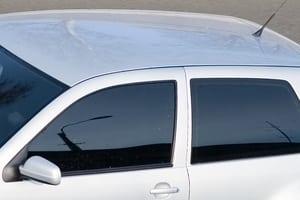 Wollen Sie eine Tönungsfolie fürs Auto kaufen, sollten Sie beachten, dass diese nicht an den vorderen Scheiben erlaubt ist.