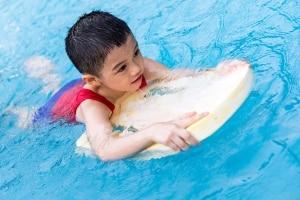Machen Sie den Test: Ein Schwimmgürtel hilft besser beim Schwimmenlernen als ein Schwimmbrett.