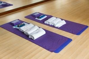 Ist Ihr Yoga-Handtuch wirklich rutschfest? Im eigenen Test können Sie diese wichtige Eigenschaft überprüfen.