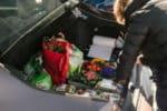 Organisieren Sie Ihren Kofferraum, indem Sie eine Kofferraumtasche kaufen.