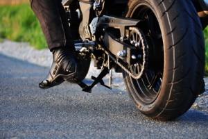 Wollen Sie eine Motorradhose kaufen, sollten Sie darauf achten, dass diese richtig sitzt.