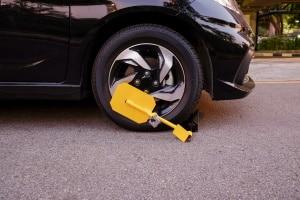 Wollen Sie es Autodieben schwer machen, sollten Sie eine Parkkralle kaufen.