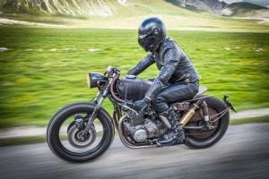 Probieren Sie im eigenen Test verschiedene Motorradhosen aus, um die richtige zu finden!