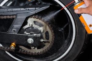 Im Eigen-Test: Kettensprays fürs Motorrad bewahren die Kette vor frühzeitigem Verschleiß, wenn sie regelmäßig angewendet werden.