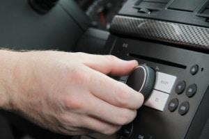 Sie wollen Ihren Radioempfang im Auto verbessern? Dann sollten Sie sich eine Scheibenantenne kaufen.