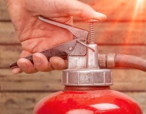 Der richtige Feuerlöscher für Ihr Auto: Beim persönlichen Test sollten Sie auf die Einhaltung der DIN EN 3 achten.