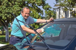 Bester Glasreiniger: Beim Auto kann sich der Lotuseffekt als Vorteil erweisen.
