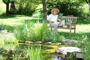 Freischneider mit Akku: Beim Eigen-Test ist auch die Akku-Laufzeit zu beachten, gerade wenn Ihr Garten viele verwinkelte Ecken hat.