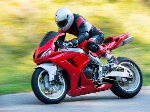 Bei einem Test einer Motorrad-Regenkombi sollten Sie auch darauf achte, dass diese einfach zu handhaben ist.