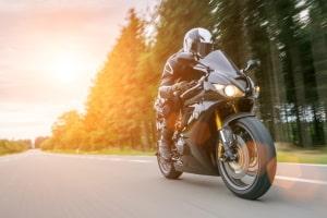 Möchten Sie eine Motorradwippe für unterwegs kaufen, sollten Sie eine mit Standfuß auswählen.