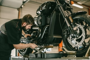 Eine Motorradwippe sorgt im Vergleich zum Seitenständer für einen deutlich stabileren Stand.
