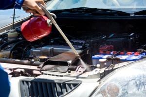 Wollen Sie Ihren Motorraum gründlich reinigen, sollten Sie einen Kaltreiniger kaufen.