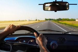Auch langes Autofahren kann den Rücken belasten. Finden Sie deshalb die passende Lordosenstütze im eigenen Test!